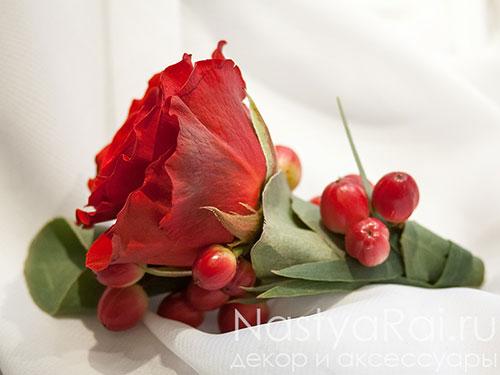 Бутоньерка из розы с хлопком