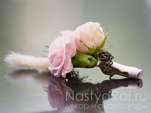 Бутоньерка из гвоздики и розы