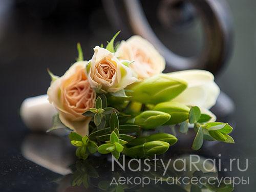 Бутоньерка из розы и фрезии