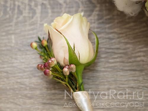 Бутоньерка из кремовой розы