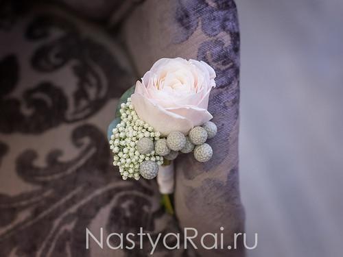 Бутоньерка из кустовой розы