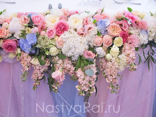 Композиция на президиум с пионовидными розами