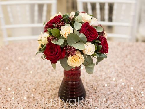 Композиция на стол гостей в цвете марсала