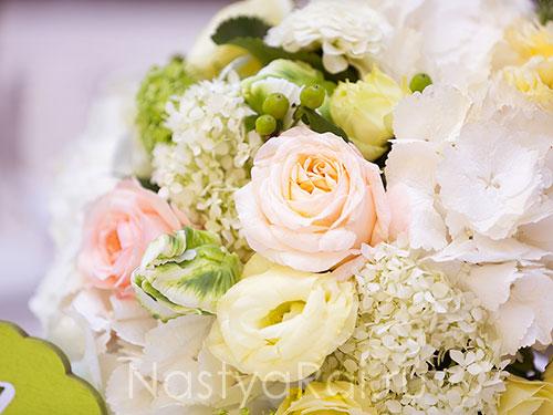 Композиция с пионовидными розами гортензиями