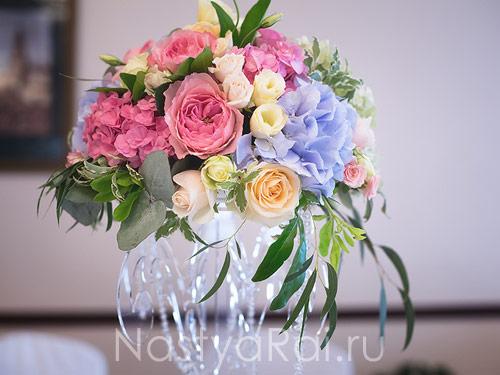 Композиция на стол гостей с пионовидными розами