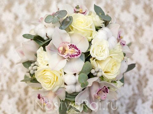 Композиция на стол гостей с орхидеями и хлопком