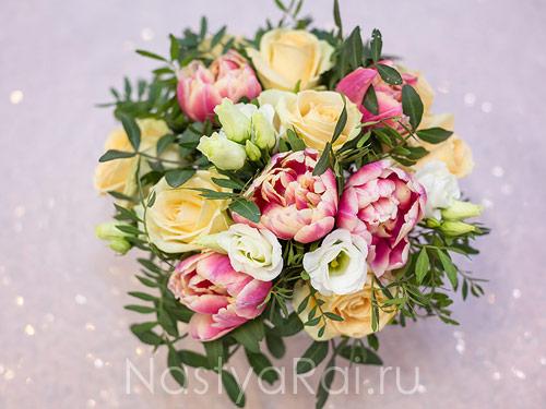 Композиция на стол с тюльпанами