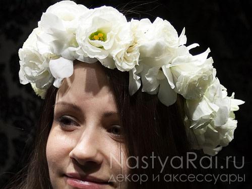 Белый венок из живых цветов