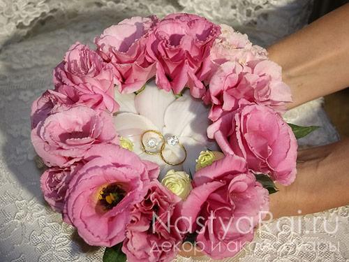 Подставка из розовых эустом