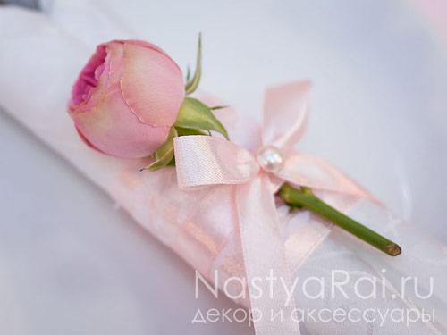 Декор на салфетку из живых цветов