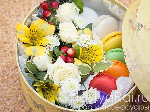 """Коробка с цветами и печеньем-макарони """"Кейт"""""""