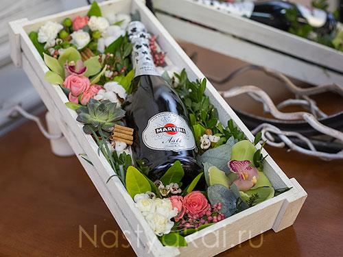 Ящик с живыми цветами и шампанским