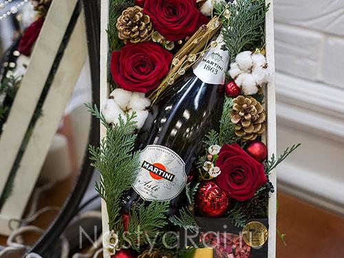 Новогодний ящик с живыми цветами и шампанским