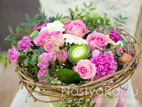 Яркий розовый букет на каркасе