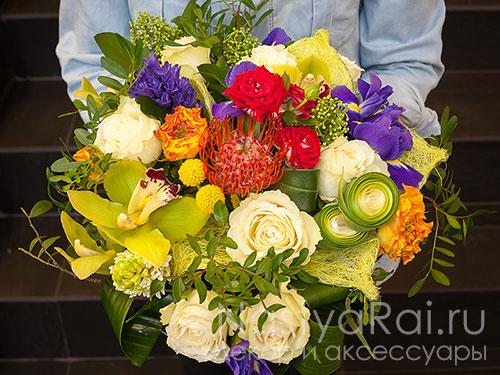 Букет из роз, ирисов и орхидей