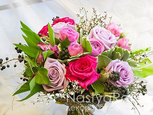 Букет из сиреневых и малиновых роз