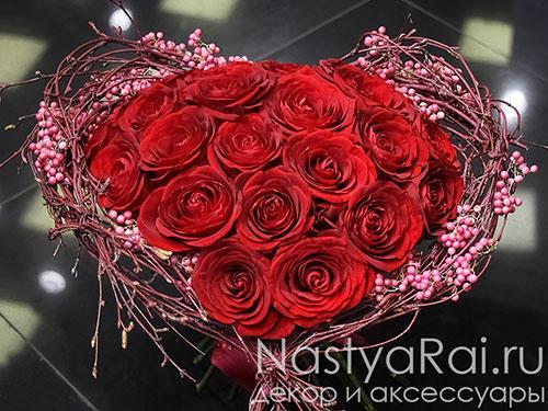 Букет в форме сердца из бордовых роз