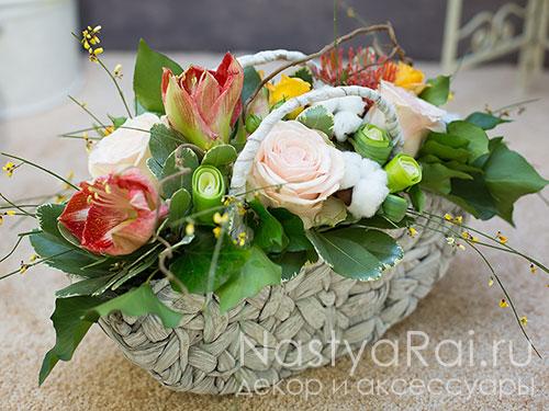 Корзина с амарилисами и розами