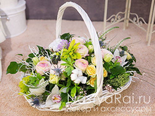 Большая корзина с весенними цветами