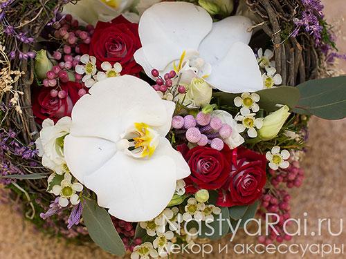 Небольшая корзина с орхидеями