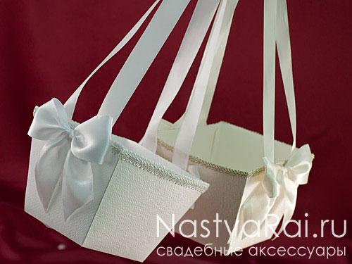 Квадратная белая корзинка для лепестков