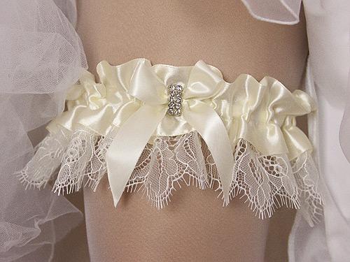Подвязка для невесты из кружева и лент