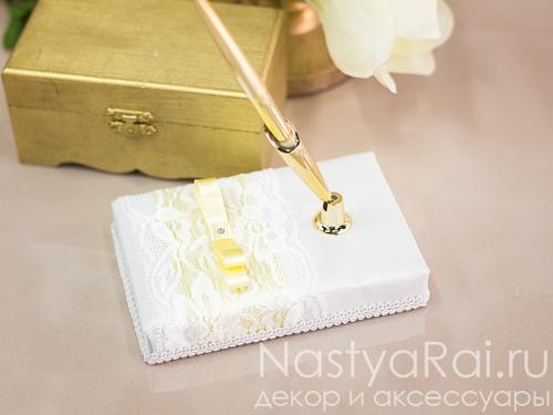 Ручка на подставке с желтой лентой