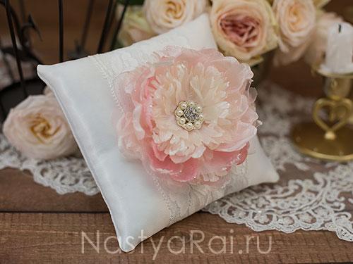 Подушечка для колец с цветком. Белая