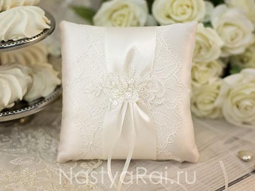 Свадебная подушечка с кружевом