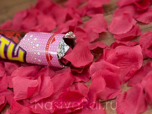 Бумфети с бордовыми лепестками роз