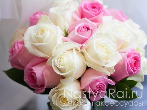 Красно белые свадебные букеты кустовой розы, оригинальное оформить букет из цветов своими руками